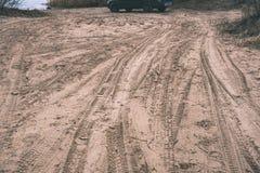 在沙漠徒步旅行队期间的未认出的越野车-葡萄酒f 免版税库存图片