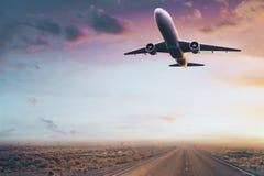 在沙漠日落的飞机 免版税库存图片