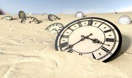 在沙漠沙子的古色古香的时钟 免版税库存照片