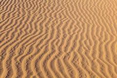 在沙漠沙子的波浪样式 免版税库存照片