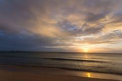在沙漠海滩的金黄日出 免版税库存照片