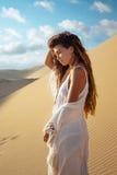 在沙漠游览中的妇女在日落在越南 库存图片