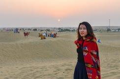 在沙漠的一个年轻女人身分 库存照片