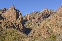 在沙漠的小山的红色岩石 库存图片