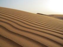 在沙漠的沙丘的日落在迪拜,阿联酋附近的 库存图片