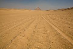 在沙漠的红色金字塔 免版税图库摄影