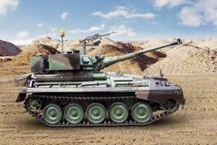 在沙漠的重的军事坦克 库存图片