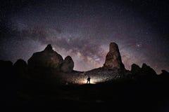 在沙漠绘的人光在夜空下 库存图片