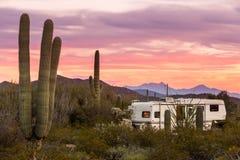 在沙漠营地的多余的事物或人野营的拖车 库存图片