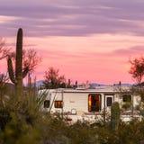 在沙漠营地的多余的事物或人野营的拖车 免版税图库摄影