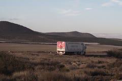 在沙漠路的卡车 库存图片