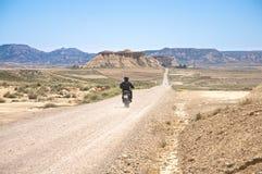 在沙漠路的摩托车 库存照片