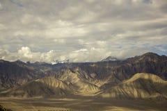 在沙漠雪的美丽的天空加盖了山 图库摄影