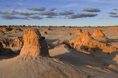 在沙漠风景在内地澳大利亚的土墩 库存照片