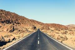 在沙漠风景-葡萄酒样式的被放弃的高速公路 库存图片