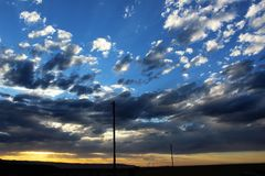 在沙漠高地的日落云彩 免版税库存照片