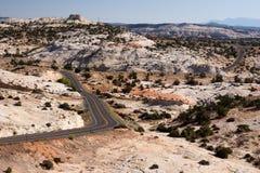 在沙漠高速公路横向绕附近 图库摄影