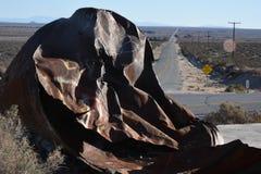 在沙漠高速公路的金属 免版税库存照片