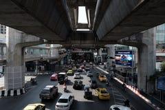 在沙炎模范商业中心前面的交通 库存图片