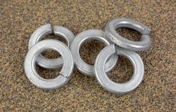 在沙纸的钢锁紧垫圈 免版税库存照片