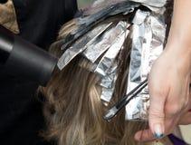 在沙龙的头发染色 免版税库存图片