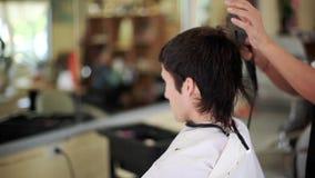 在沙龙的男性发型 人在理发店的头发干燥 1920x1080 股票录像