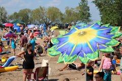 在沙滩伞的天 免版税库存图片