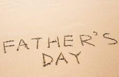 在沙滩写的父亲节手 免版税库存照片