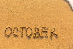 在沙滩-写的10月 日历 库存照片