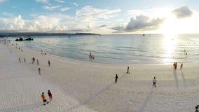 在沙滩和游人的空中飞行 股票录像