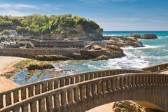 在沙滩在旅游目的地海浪斑点与绿松石海洋和波浪的美丽的石走的人行桥在比亚利兹 库存图片
