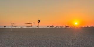 在沙滩排球法院的美妙的夏天日落 免版税图库摄影