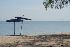 在沙滩的两把伞 库存图片