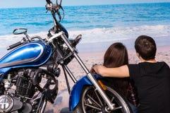 在沙滩的夫妇与摩托车 库存照片