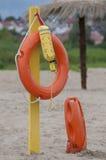 在沙滩的救生衣 免版税库存图片