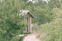 在沙滩的木洗手间在多云天气的一个雨天 免版税库存照片
