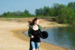 在沙滩的步行 免版税库存图片