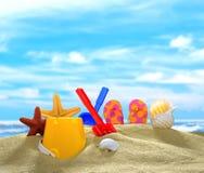 在沙滩的海滩玩具 免版税库存照片