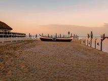 在沙滩的老鱼小船 库存照片