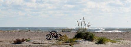 在沙滩的自行车 免版税库存照片