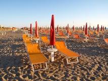 在沙滩的躺椅 免版税库存照片