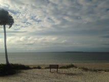 在沙滩的长凳 图库摄影