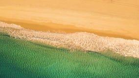 在沙滩的鸟瞰图小波浪