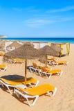 在沙滩的Sunbeds 免版税图库摄影