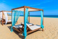 在沙滩的Sunbeds 免版税库存照片