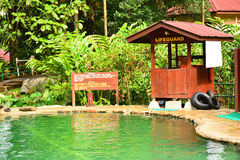 在沙巴,马来西亚的熟读的温泉游泳池 免版税库存照片