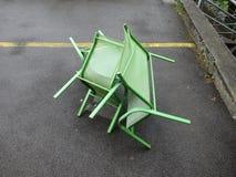 在沥青的三把跳舞的绿色椅子 免版税图库摄影
