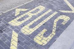 在沥青的公共汽车信号 免版税库存照片