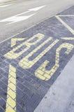 在沥青的公共汽车信号 免版税库存图片