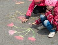 画在沥青的孩子 库存照片